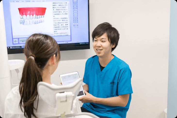 京都市右京区西院の矯正歯科 いろは歯科西院のドクターが矯正相談のカウンセリングをしている