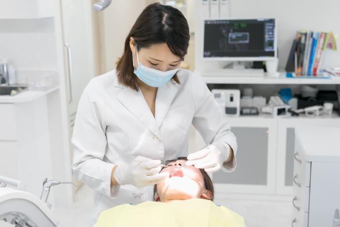 京都市右京区西院の矯正歯科 いろは歯科西院のドクターがインビザラインの治療をしている