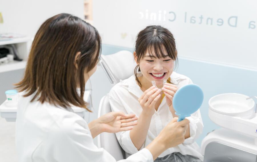 矯正歯科(インビザライン)相談に来たお客様にドクターがアライナーの説明をしている